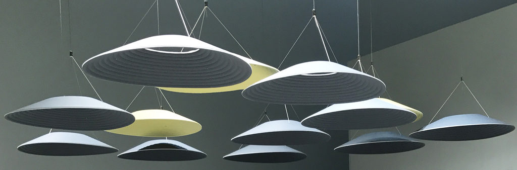Lampskärmar med textilstruktur i härligt gråblå nyanser.